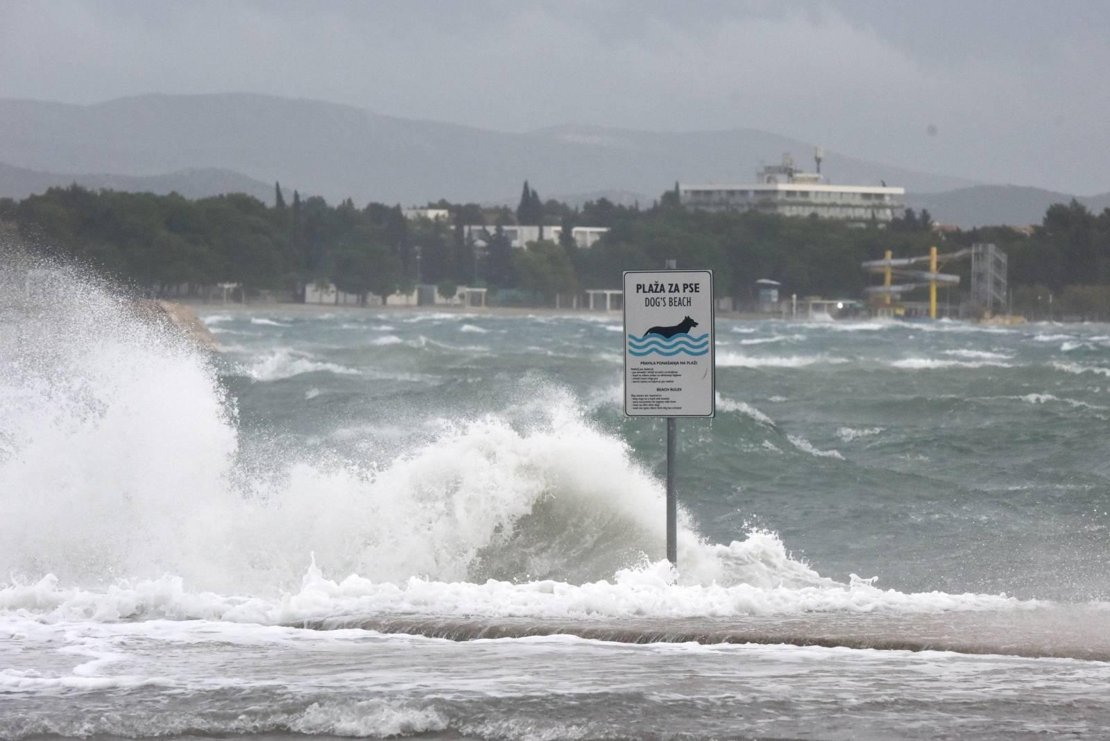 Veliki valovi zbog jakog juga poplavili rivu u Vodicama
