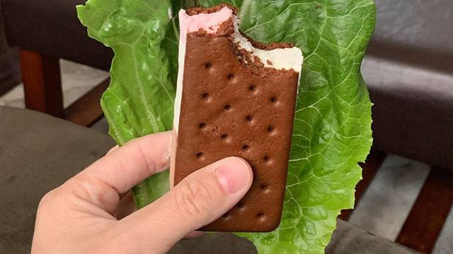Mama podijelila genijalan trik kako jesti slatkiše djeci iza leđa