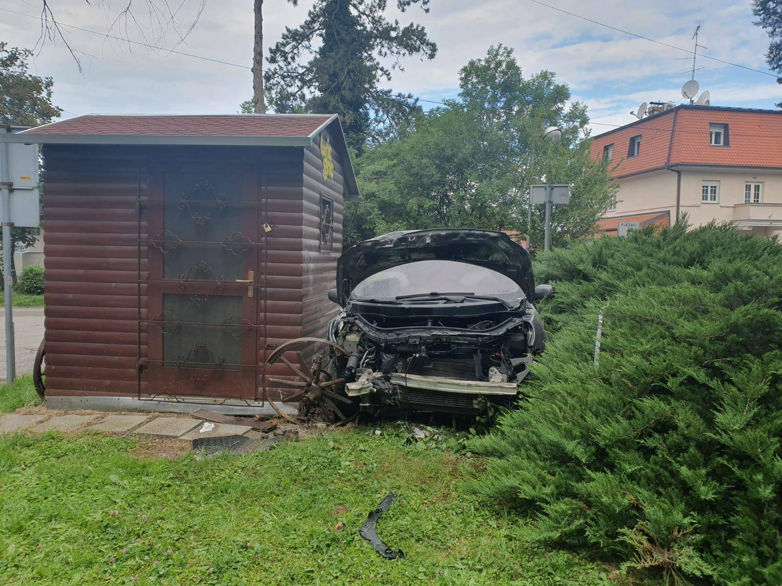 Dva automobila se sudarila na ulazu Medicinskog fakulteta