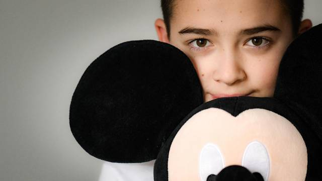 Ivano ima 12 godina, ide u peti razred, ima bijele tenisice, bicikl i Mickeyja Mousea. I autizam