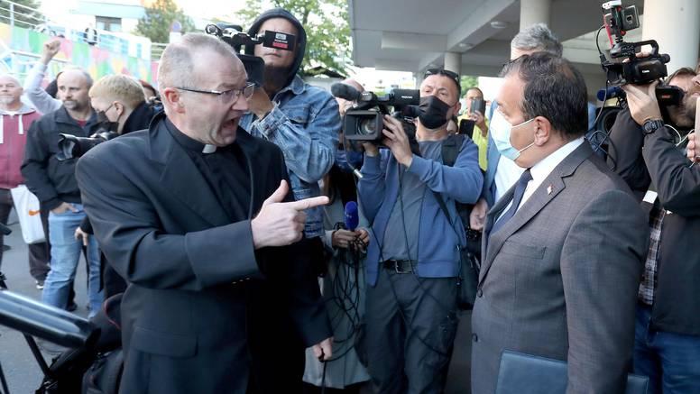 Kako je nekadašnji superheroj dogurao  do 'izdajice' na kojega se iskaljuje jedan svećenik...