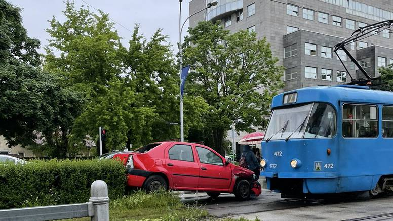 Čovjek s autom završio na tramvajskoj stanici u Zagrebu...
