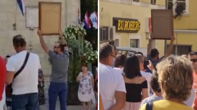 VIDEO 'Neće nama nitko uzeti procesiju': Digao Gospinu sliku, za njim krenulo 30, 40 ljudi
