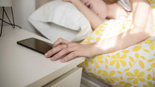 Budite se umorni? Ostavite se hrane i mobitela prije spavanja