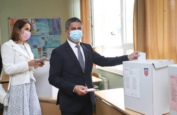 Split: Vice Mihanović sa suprugom Anitom stigao na glasovanje