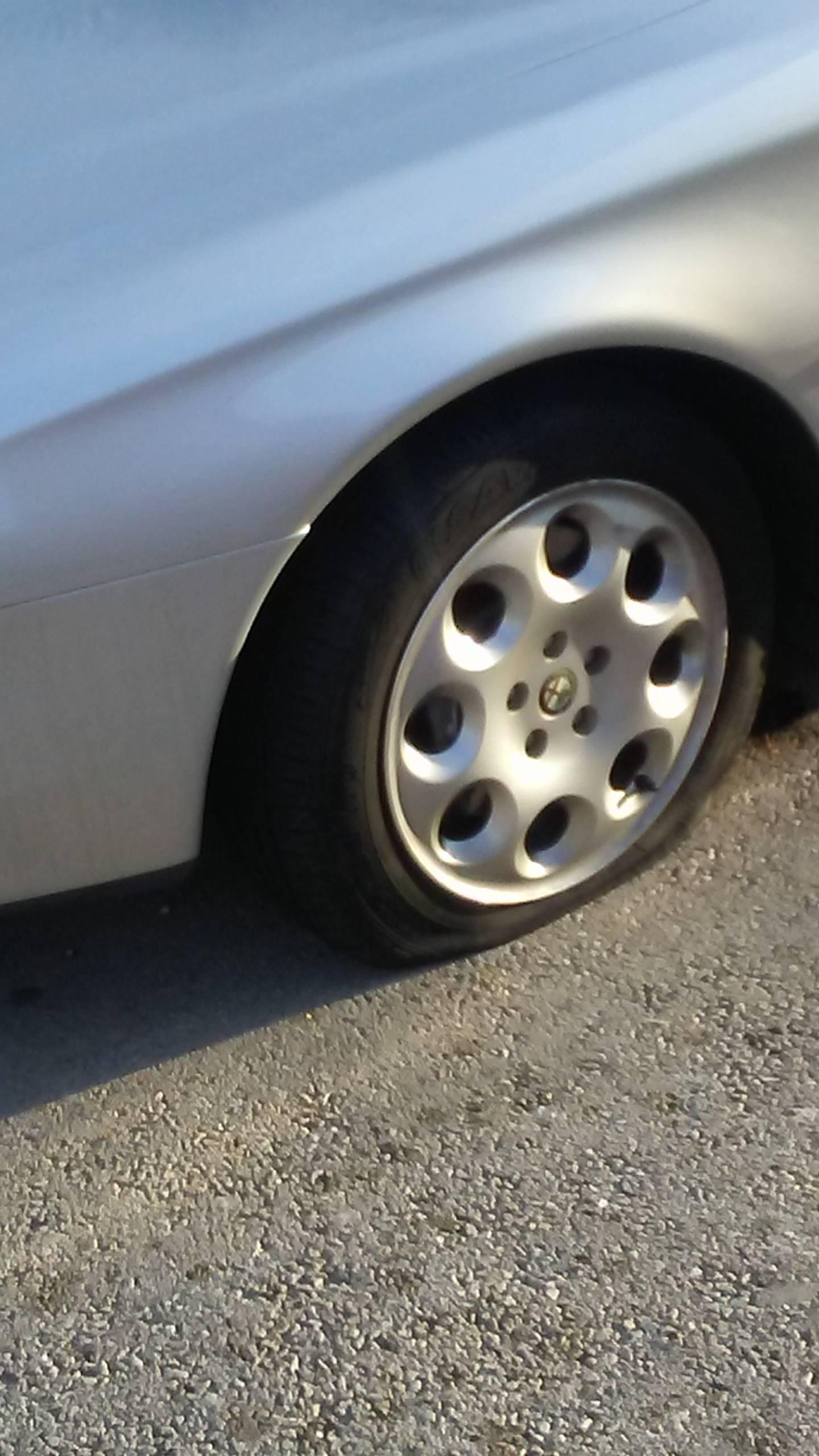 U Labinu oštetili čak 11 auta: 'Bacali su tegle, probili gume...'