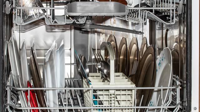 9 predmeta koje  nikad ne biste trebali stavljati u perilicu suđa