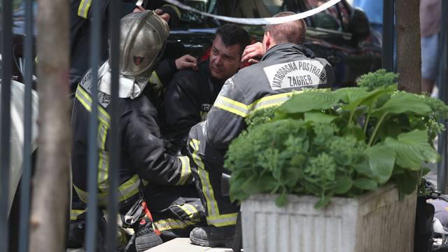 Vatrogasci su iz dima izvukli troje iz potkrovlja zgrade
