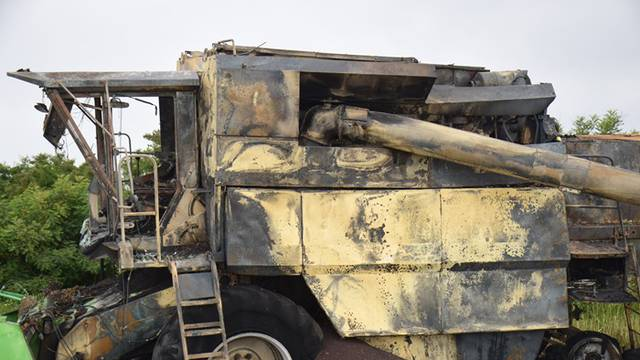 Tehnički kvar:  Tijekom žetve uljane repice izgorio kombajn