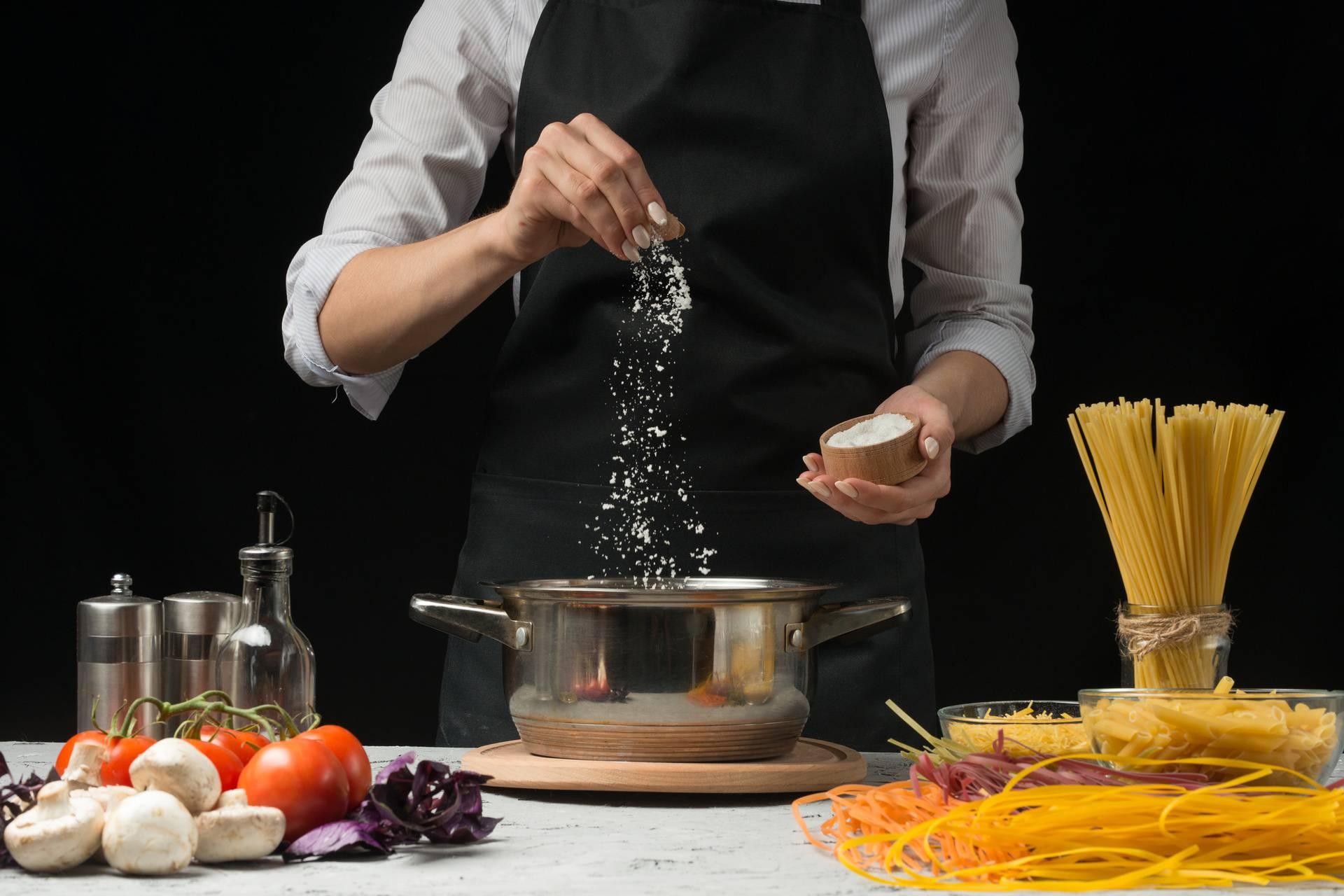 Količina ovisi o umaku: Sol u tjesteninu dodajte dok se kuha