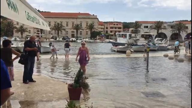 Golema šteta na Hvaru: Plimni val od dva metra poplavio rivu