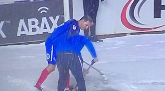 Ma kakva odgoda?! Igrač uzeo metlu u ruke i počistio snijeg