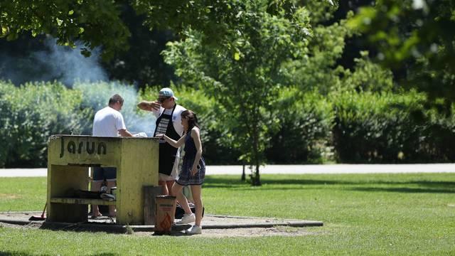 Zagreb: Građani iskoristili praznik za boravak na Jarunu uz kupanje, sunčanje i roštilj