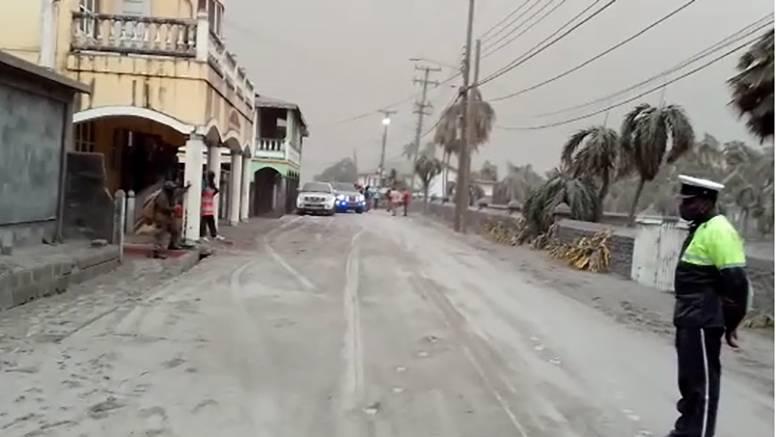 Nakon erupcije vulkana Sveti Vincent prekriven pepelom