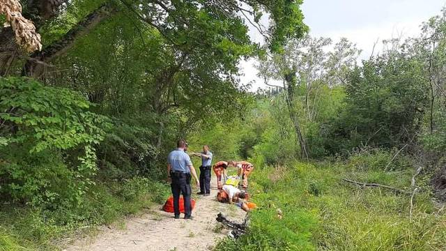 Biciklist pao, ozlijedio glavu i vilicu, spašavali ga vatrogasci