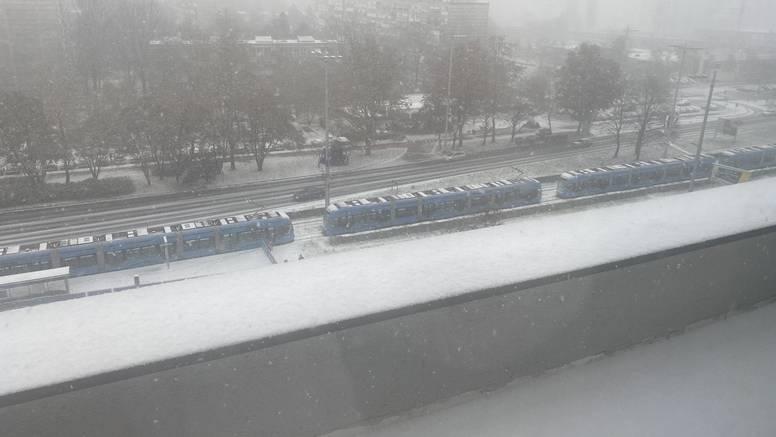 Tramvaji poredani jedan iza drugog 20-ak minuta nisu mogli krenuti: Ostali su bez struje...