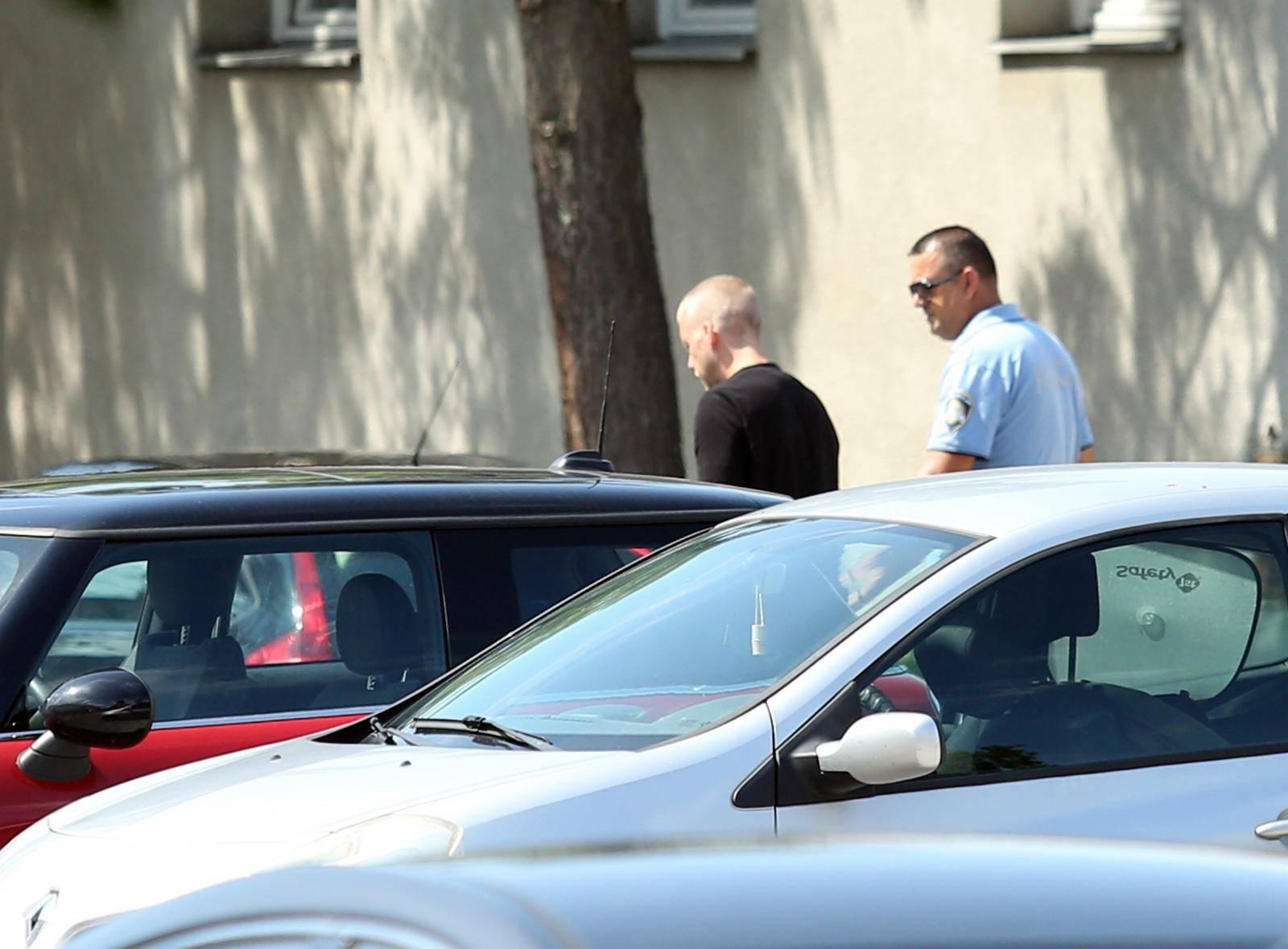Hodao i fotografirao: Ozrenov otac htio uzeti torbe iz auta?