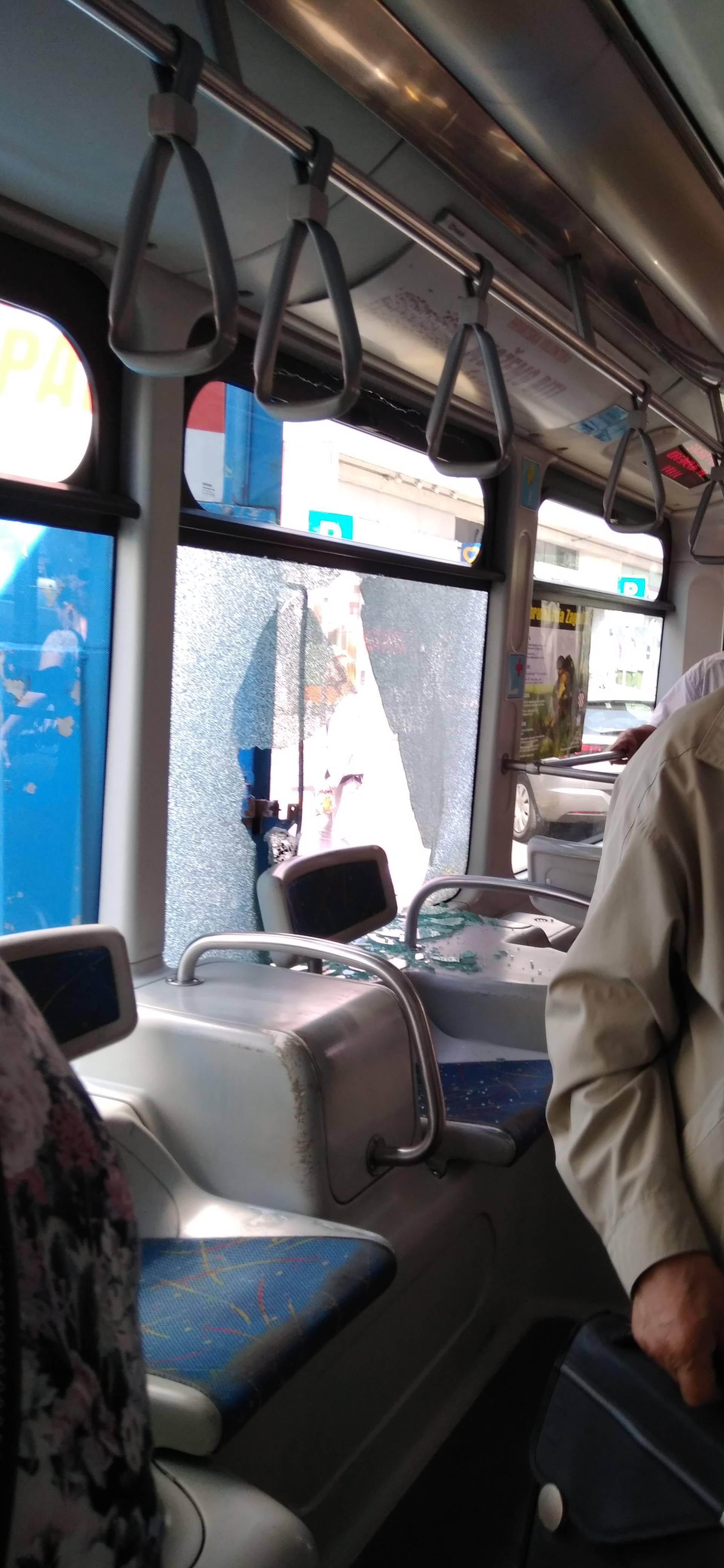 Sudarili se dostavno vozilo i tramvaj, stakla je bilo posvuda