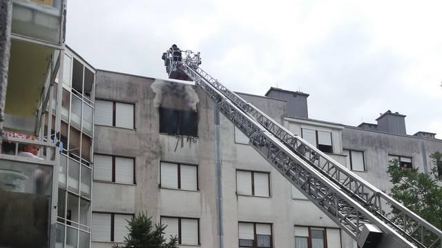 Izgorio stan na 4. katu: 'Čula se eksplozija, letjelo je staklo'
