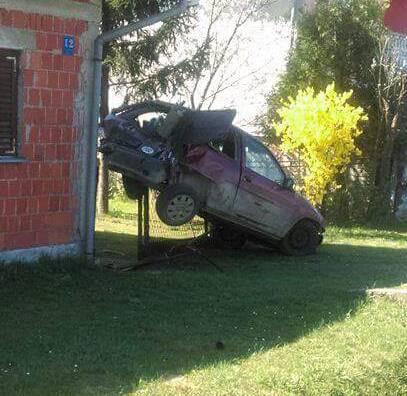 Pijani tinejdžer ukrao tati auto: Zadnji kraj 'nasadio' na ogradu