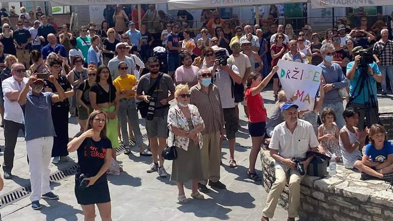 U Puli se okupili građani u znak podrške otpuštenim novinarima
