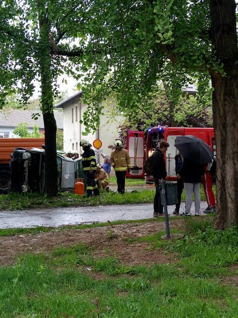 Završili na boku nakon udara u stablo: Dvoje ljudi ozlijeđeno