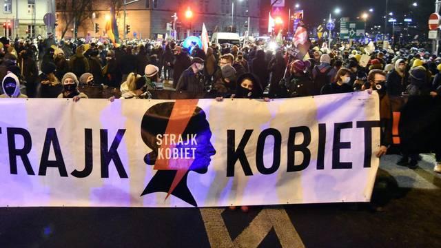 U Poljskoj skandalozni zakon o pobačaju, prosvjednici prijete da će blokirati Varšavu