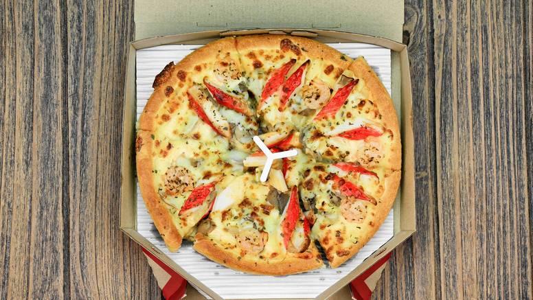 Znate li zašto vam pizzu dostave s komadom plastike u sredini?