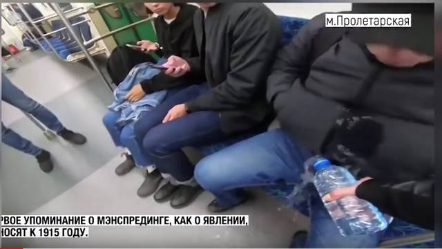 Muškarce koji šire noge u vlaku djevojka polijeva izbjeljivačem