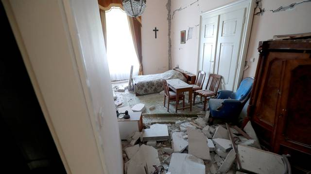 Na krevet gdje je spavao Papa palo je sto kilograma kamenja