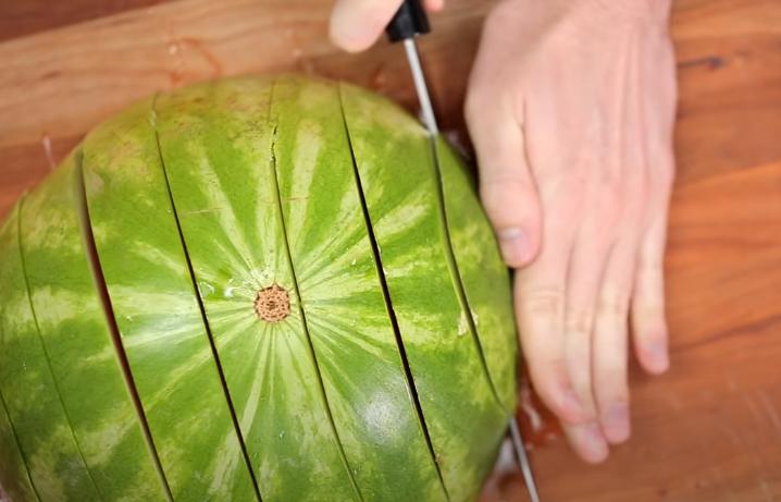 Top pet genijalnih načina kako izrezati lubenicu brzo i efikasno