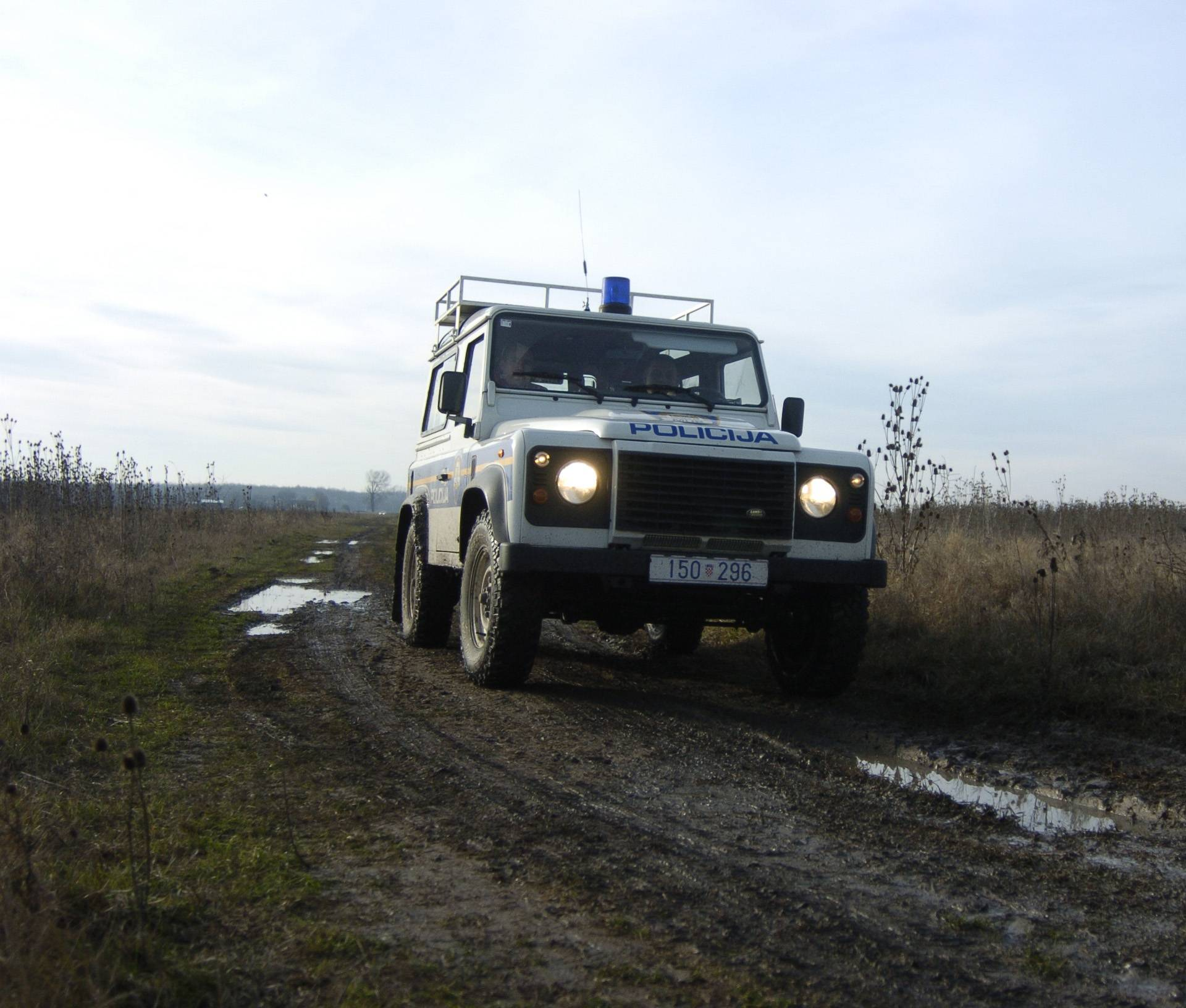Policajci u terencu po šumi su tražili migrante pa se prevrnuli