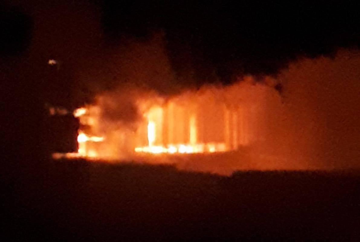 Kaštel Stari: Planuo beach bar, buktinju gasilo 20 vatrogasaca