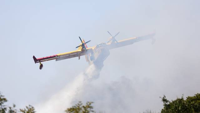 Gori u Dalmaciji: Kanaderi gase požar u Zadarskoj, helikopter u Splitsko-dalmatinskoj županiji