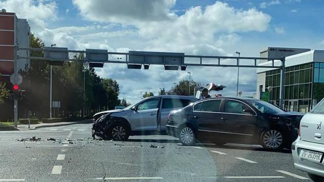 Sudarila se dva automobila u Zagrebu, jedan čovjek ozlijeđen