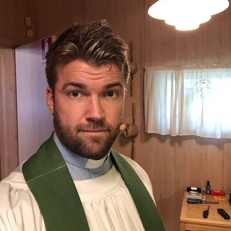 Nabildani i tetovirani svećenik vježba gol: Zabranio komentare