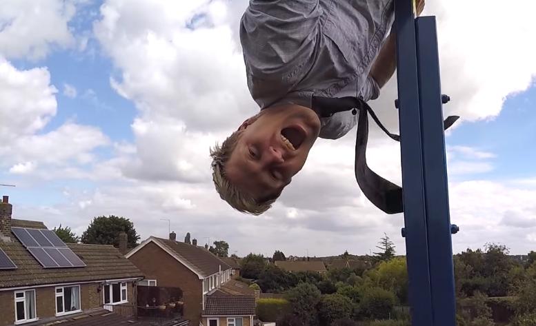 U dvorištu je sagradio ljuljačku koja ga lansira 9 metara u zrak