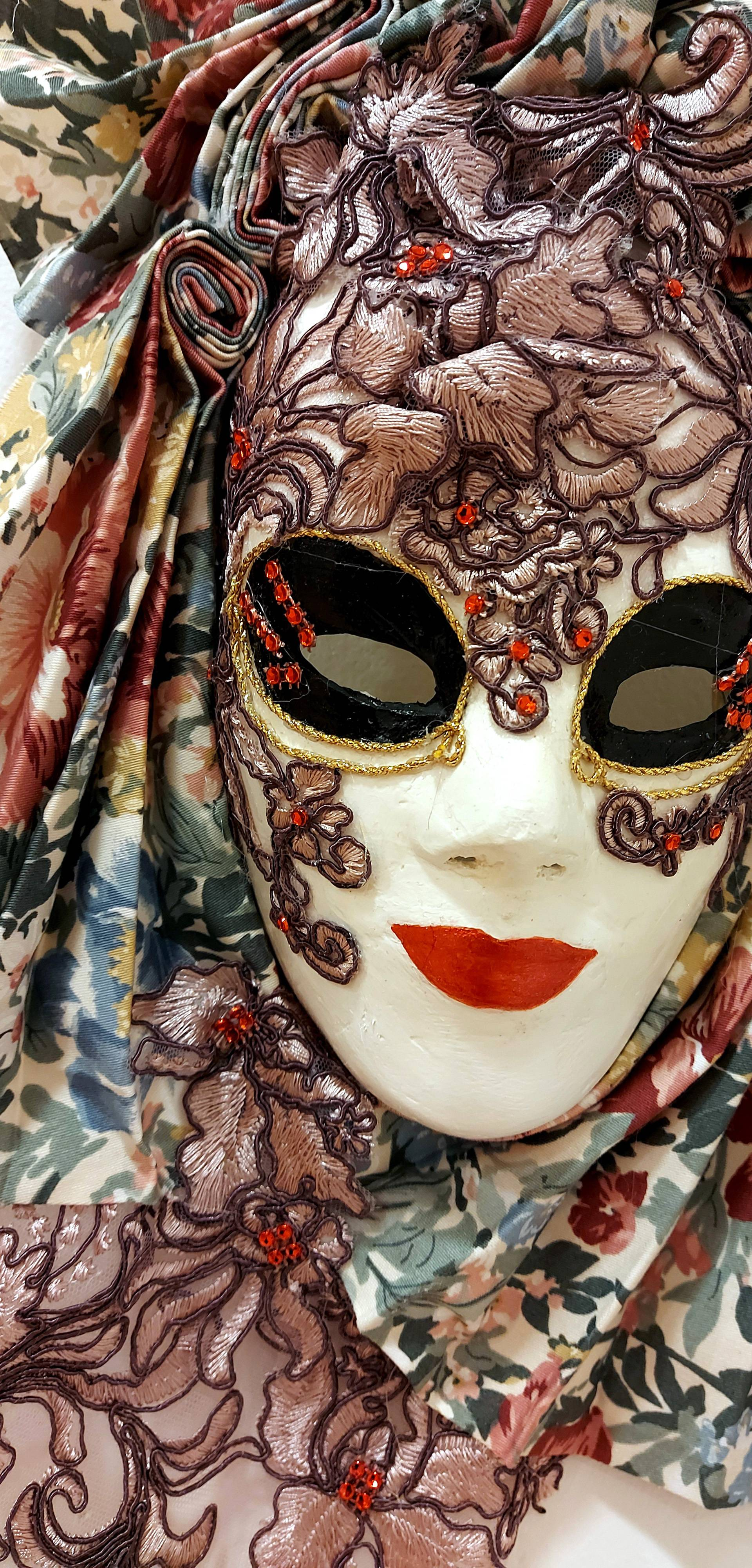 Šibenik: Otvorena je izložba maski i krinki Janje Parač