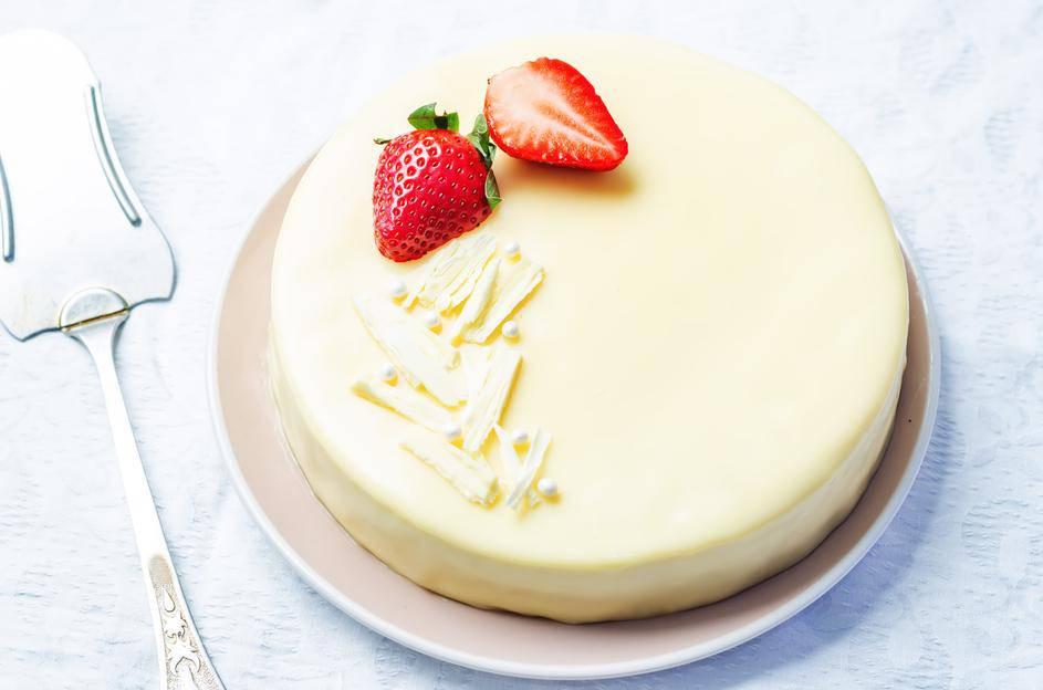 Brza torta s bijelom čokoladom i jagodama koju ne treba peći