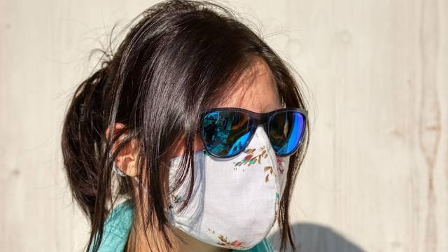 Maske sa sunčanim naočalama