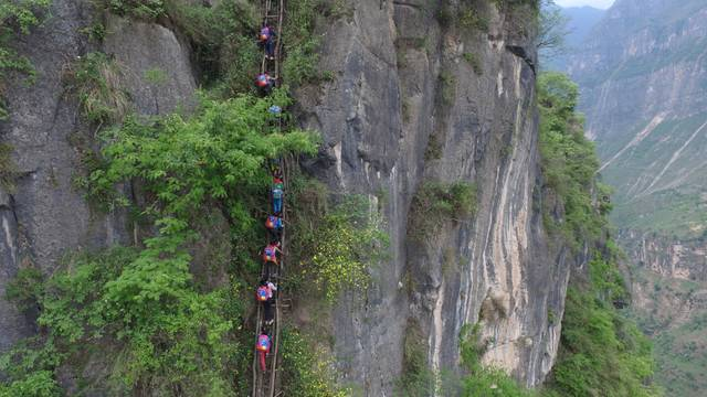 Pupils Climb Vines Down 800-meter Cliff To School