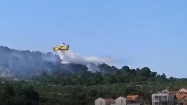 Svi vatrogasci s Brača gase požar u Selcima, bura odmaže