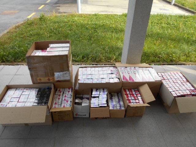U 'dvostrukom dnu' Mercedesa našli 5859 kutija cigareta