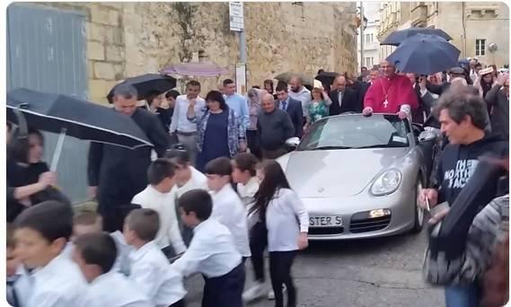Skandal na Malti: Svećenika u Porscheu djeca vukla kroz selo
