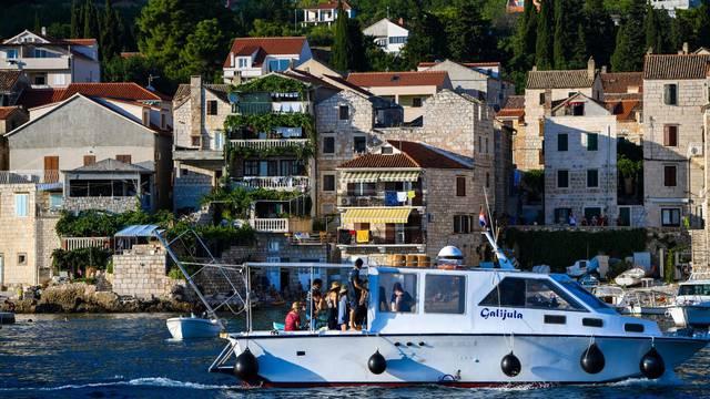 Turisti uživaju u Komižu na ljetovanju