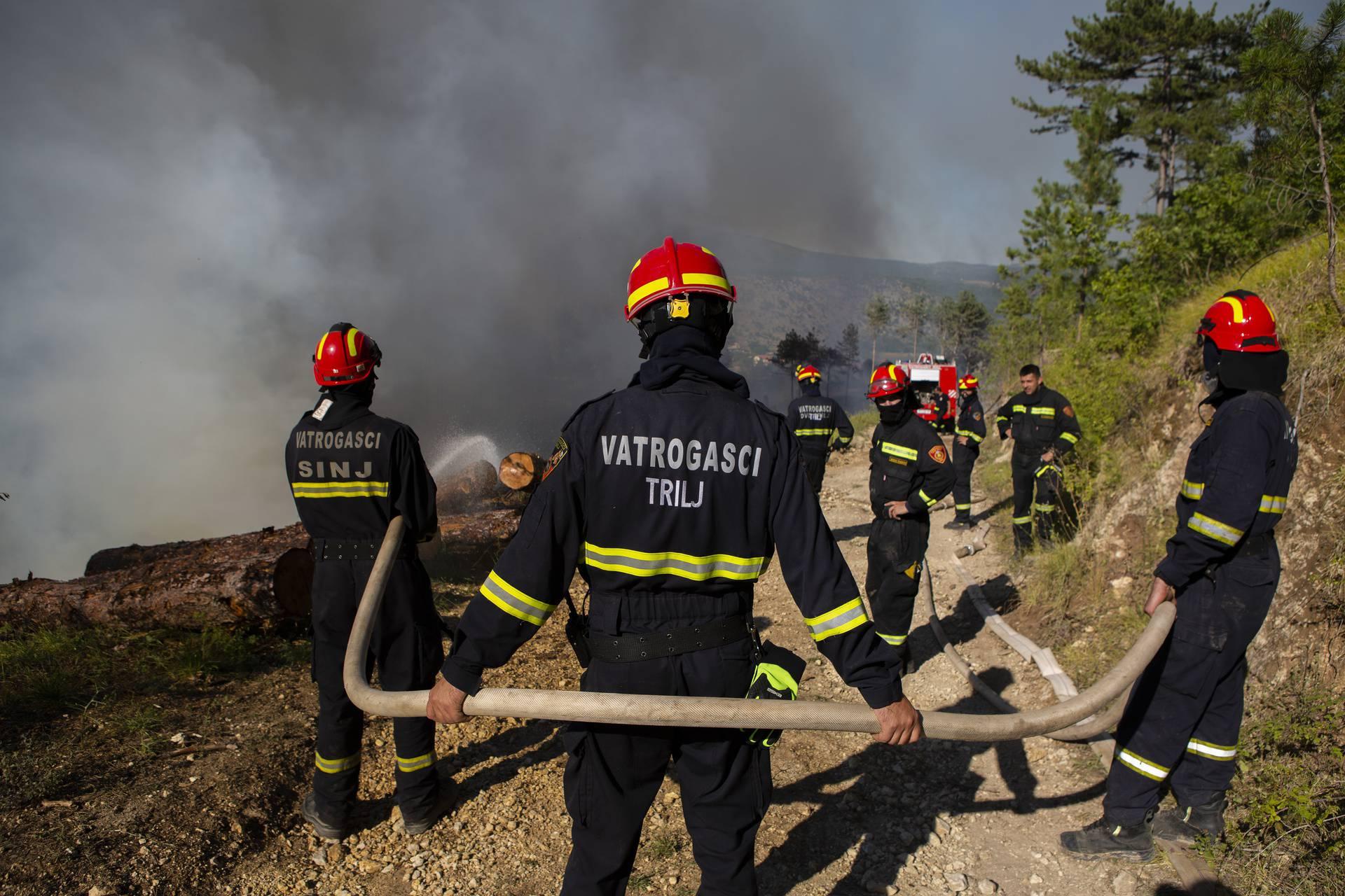 Muć: Nakon iscrpne borbe sa stihijom, požar  lokaliziran