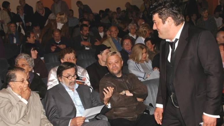 Oporavlja se: Dragan Nikolić dobro je raspoložen i gleda TV