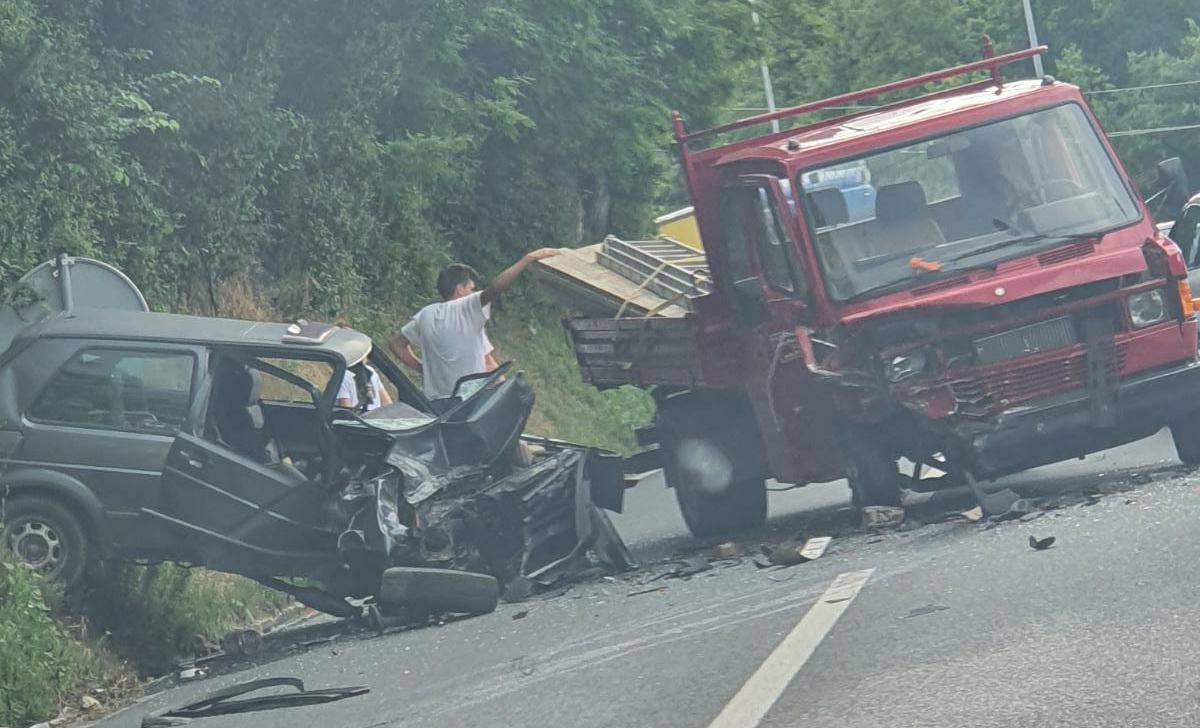 U sudaru s kamionom smrskan auto, ozlijeđeno je dvoje ljudi