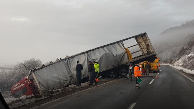 Kamion karlovačkih registracija sletio s ceste, vozač je dobro...