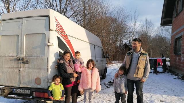 Obitelj Ivković s 11 članova iz Gornjeg Viduševca i dalje spava u kombiju: Kuća se urušava...